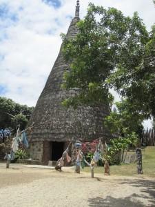 Une case traditionnelle d'un chef d'une tribu Calédonnienne avec ses totems devant