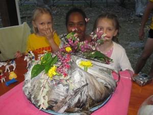 Les filles avec la préparatrice du bougna